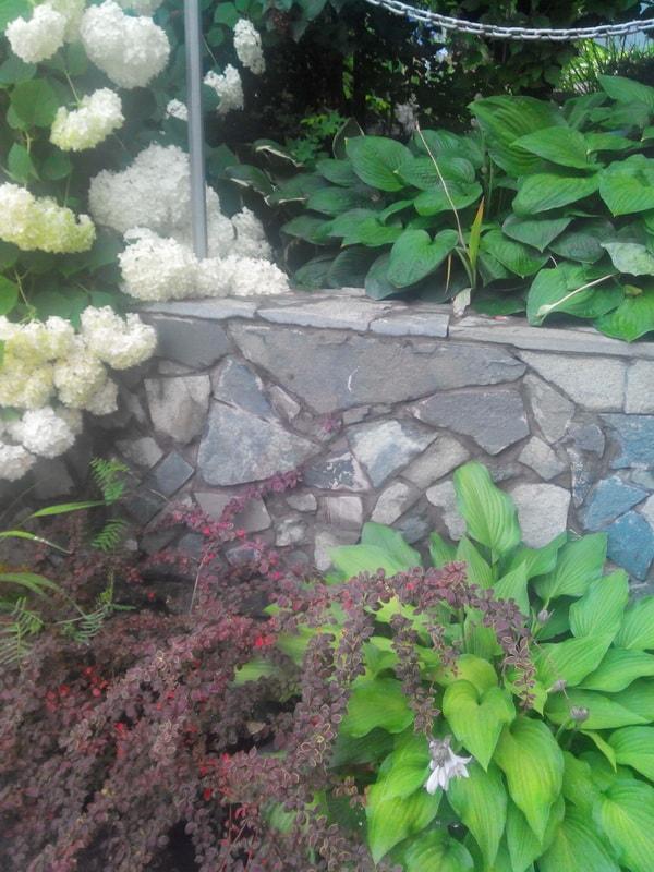 плитняк в садовом дизайне на подпорной стенке