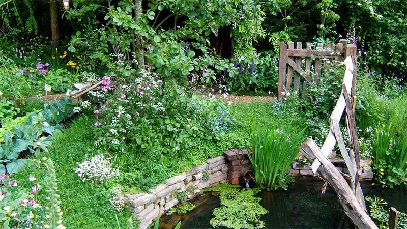 дача в саду деревенского стиля