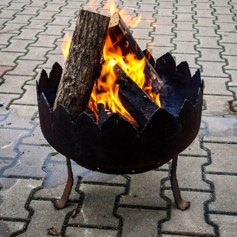 чаша для костра создает тепло и уют на даче
