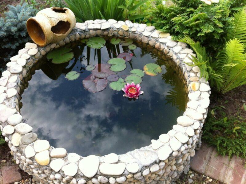 декоративные емкости для воды создают уют на даче